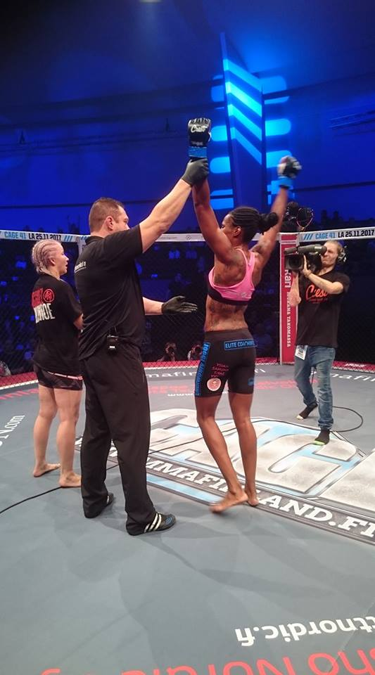 Zarah Fairn gets the win over Suvi Salmimies at Cage 40